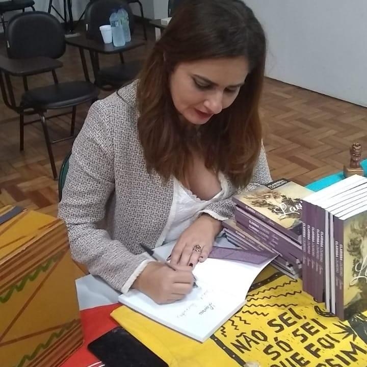 Escritora e professora Clarissa Loureiro participa de 'live literária' na quinta-feira (14)