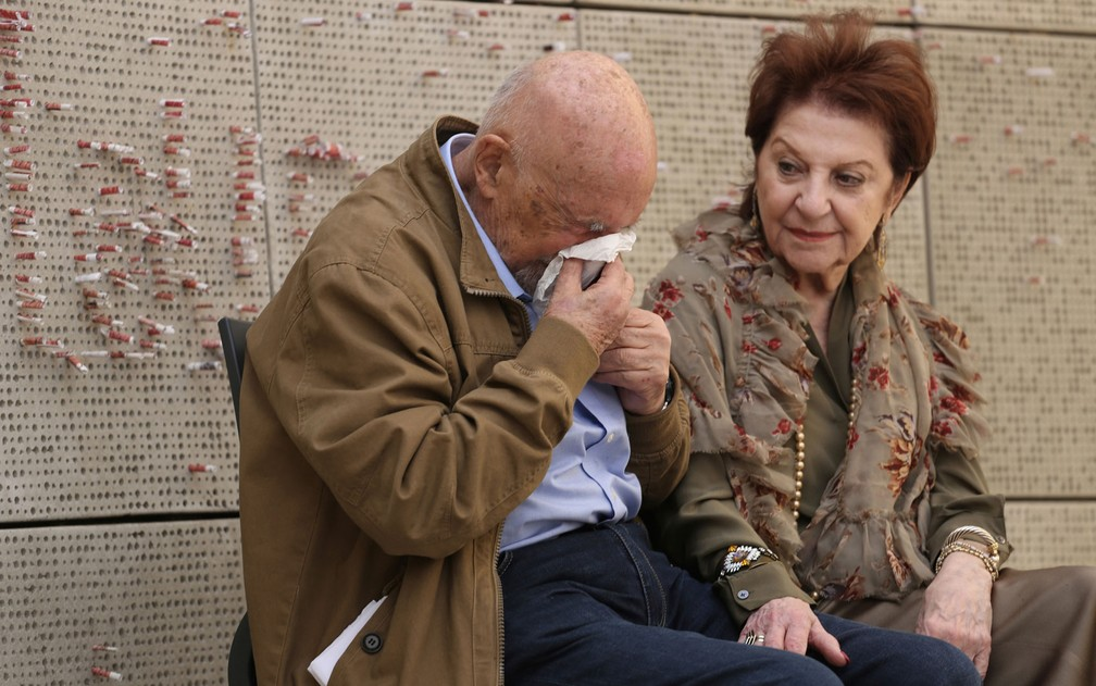 Simon Gronowski e Alice Gerstel Weit durante entrevista no Museu do Holocausto de Los Angeles, na quarta-feira (11) (Foto: AP Photo/Reed Saxon)