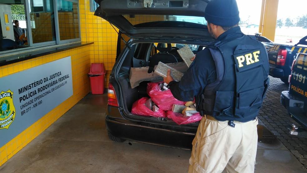 Foram encontrados 144 tabletes de maconha em carro parado pela PRF (Foto: PRF/Divulgação)