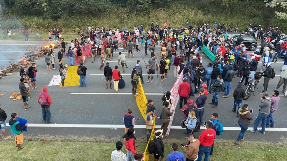 Lideranças indígenas protestam contra projeto de lei que altera demarcação de terras — Foto: Abraão Cruz/TV Globo