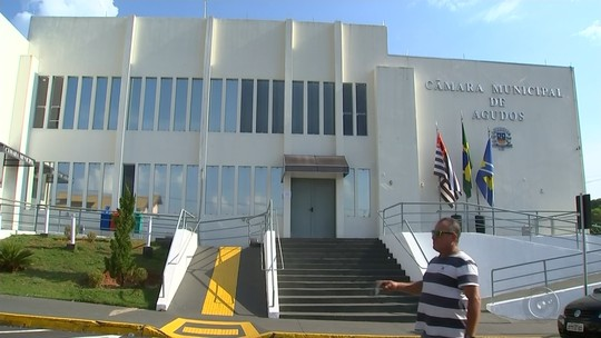 Moradores protestam após sessão para votar cassação de prefeito de Agudos ser adiada