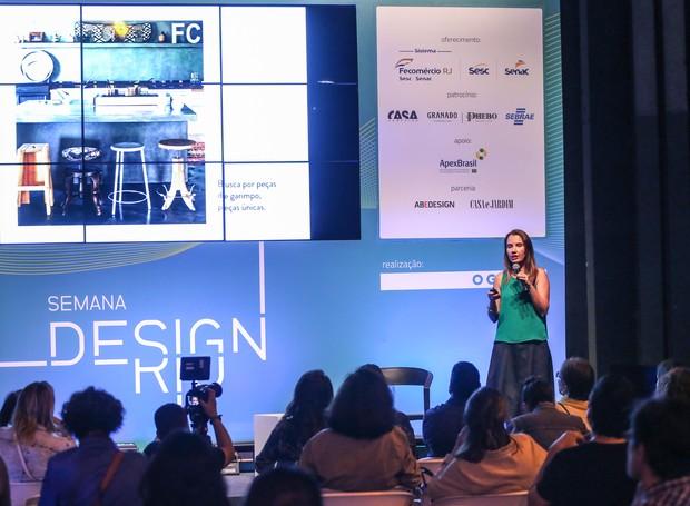 Thaís Lauton, diretora de redação de Casa e Jardim, durante palestra na quinta edição da Semana Design Rio, no Pier Mauá (Foto:  Eduardo Uzal/Divulgação)