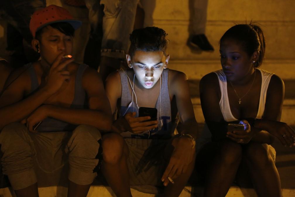 Imagem de arquivo mostra jovem usando rede de wifi de hotel cinco estrelas em Havana para navegar na internet — Foto: Desmond Boylan/AP Photo