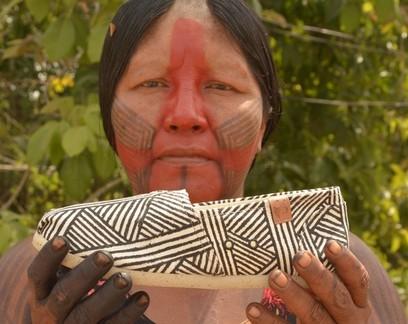 Nhakô Mekragnotire, da aldeia kawatum, do Pará, com alpargata pintada à mão com grafismos Indígena Kayapó