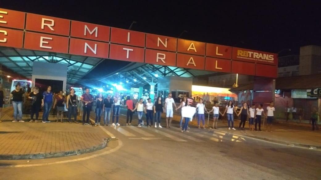 Alunos e professores bloqueiam avenida e Terminal do AC contra fechamento de turmas do EJA  - Notícias - Plantão Diário