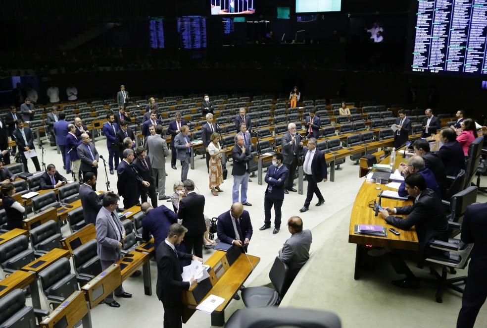 Deputados reunidos no plenário da Câmara durante a sessão desta terça (17); alguns usaram máscaras — Foto: Michel Jesus/ Câmara dos Deputados