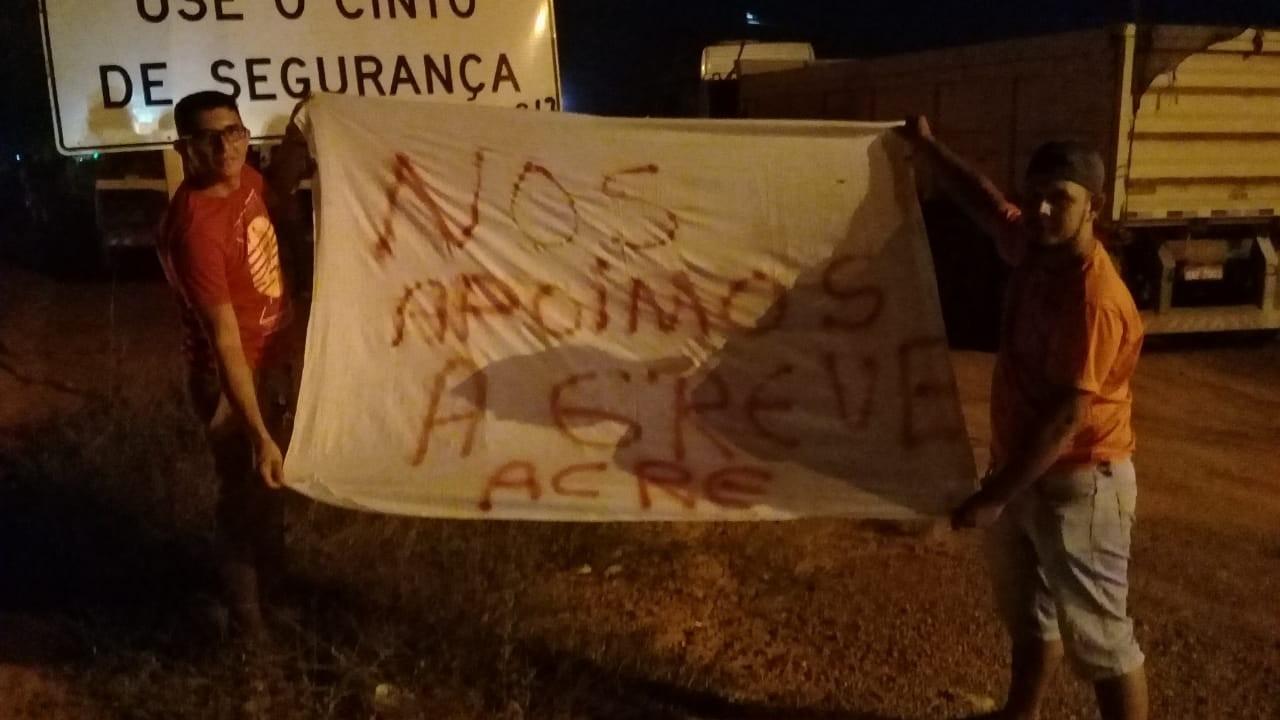 Caminhoneiros aderem paralisação e fecham parcialmente rodovia no Acre