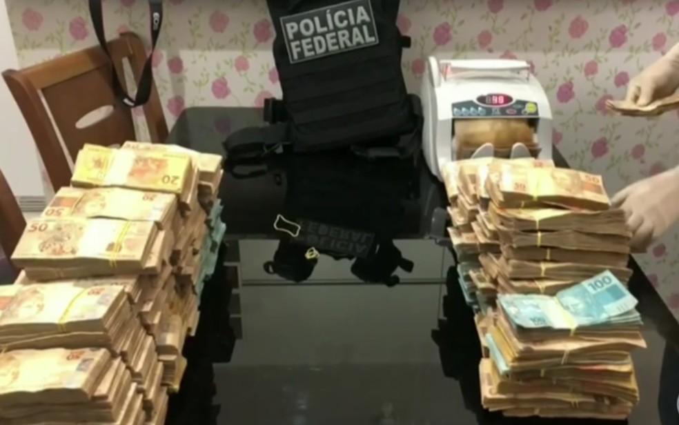Contagem do dinheiro apreendido com alvos de operação em endereços ligados ao ex-governador de Goiás Marconi Perillo — Foto: Reprodução/TV Globo