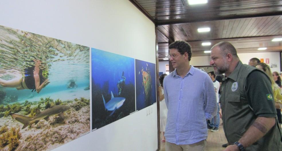 O ministro Ricardo Salles obssrvou a exposição fotográfica com o chefe do ICMBio João Rocha  — Foto: Arquivo/Ana Clara Marinho/TV  Globo