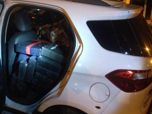 No carro também havia 450 quilos de maconha (Foto: PRF/Divulgação)