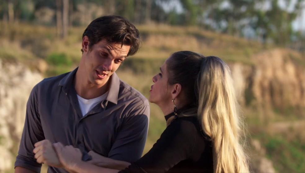 Na gravação da cena de 'Precipicio do Amor', Silvana Nolasco (Ingrid Guimarães) acaba caindo de um penhasco — Foto: Globo