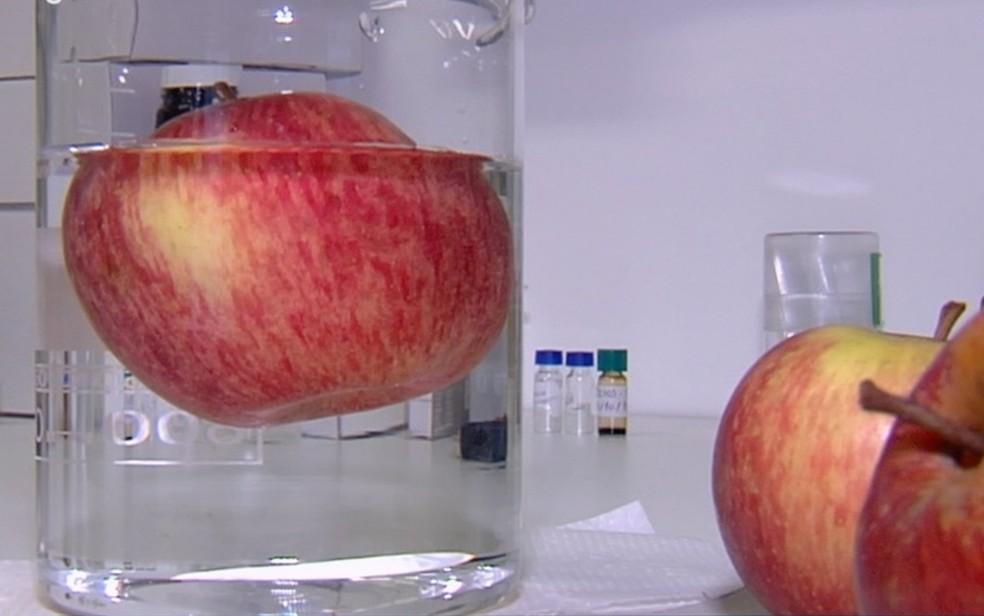 Pesquisa da UFG concluiu que agrotóxico penetra além da casca da maçã — Foto: Reprodução/TV Anhanguera