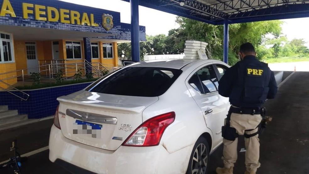 Motorista é preso após ser flagrado com 15 kg de cocaína dentro de painel de carro na BR-116 — Foto: PRF/Divulgação