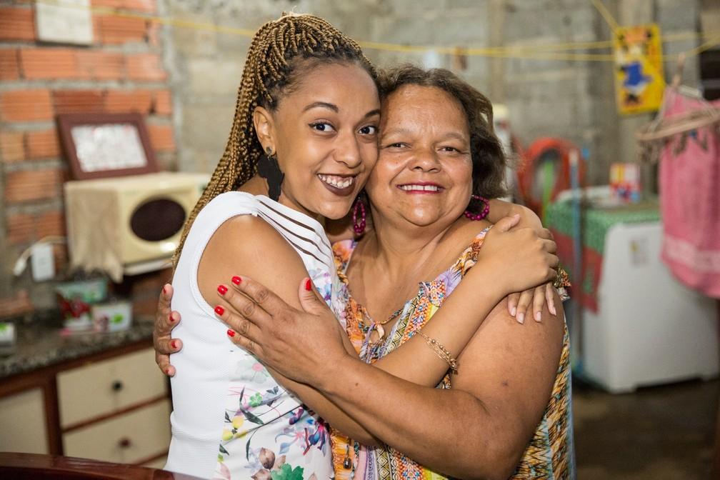 Geni Aparecida de Oliveira com a filha Natalie; curso superior veio na maturidade  (Foto: Celso Tavares/G1)