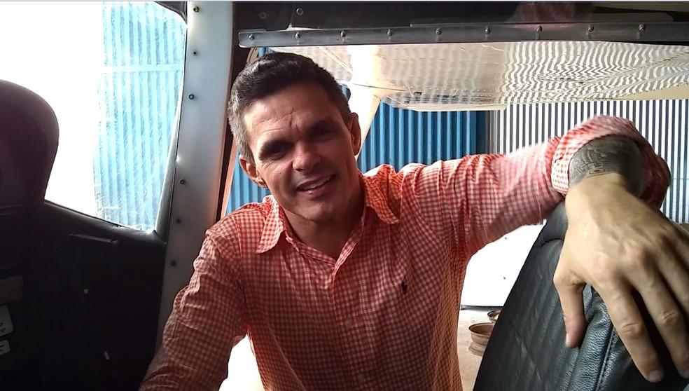 Erick Rocha, proprietário do Cessna 182, foi quem fez o convite para seu Geraldo — Foto: Jheniffer Núbia