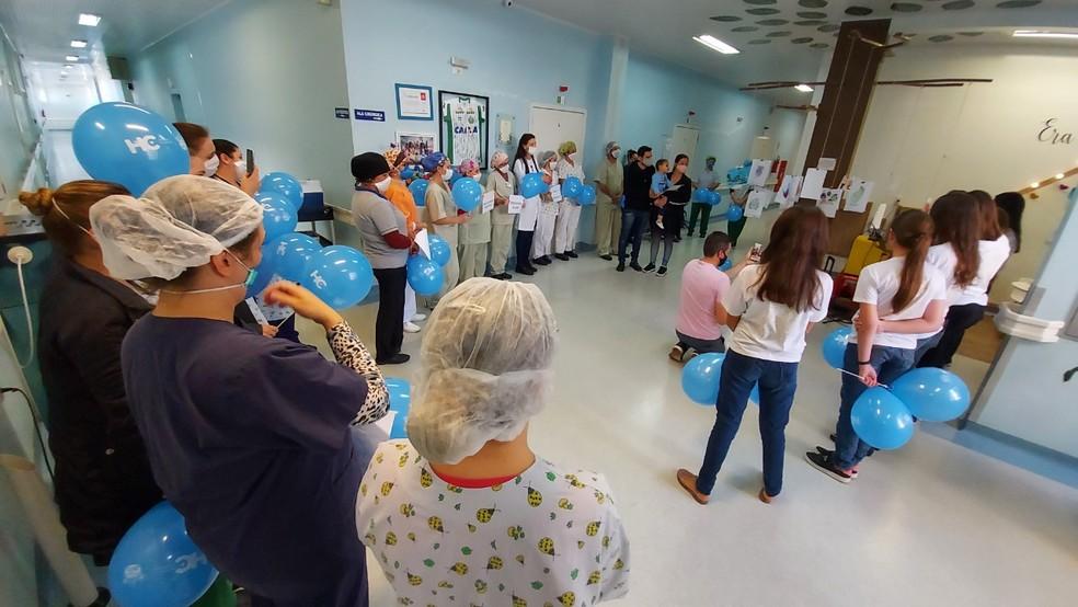 Equipe médica homenageou o paciente com balões, certificado de coragem e a presença de um coral — Foto: Alcebíades Santos/HC