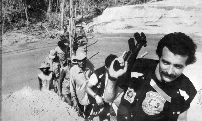 Policiais federais retiram garimpeiros ilegais de área Yanomami, em 1990