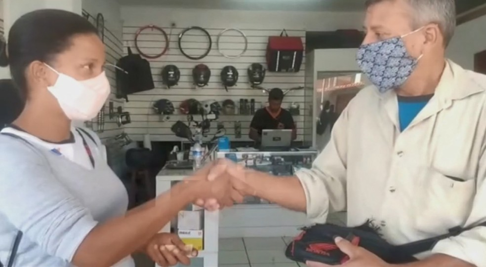 Faxineira encontrou bolsa com R$ 5 mil na rua e devolveu ao dono em Poços de Caldas (MG) — Foto: Reprodução/EPTV