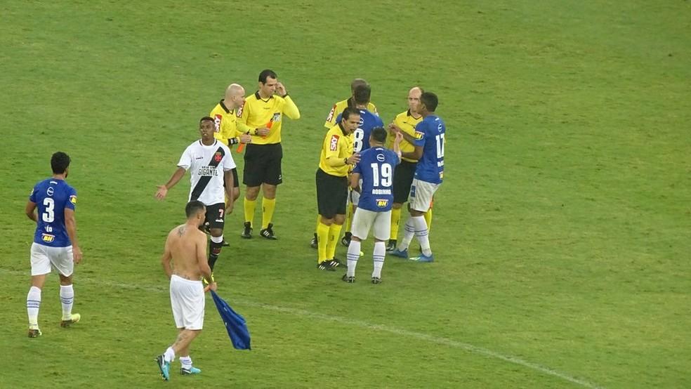 Jogadores do Cruzeiro reclamam de arbitragem após a partida contra o Vasco (Foto: Gabriel Duarte)  - dfdk32tx4aejec  - Após pênaltis não marcados, Cruzeiro programa ida à CBF para reclamar