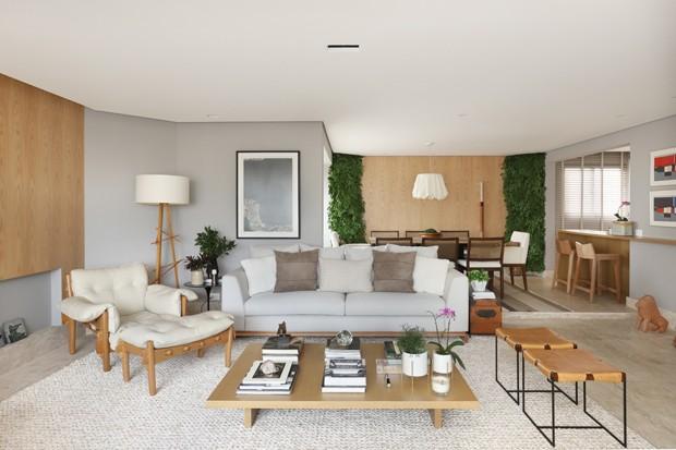 Apê antigo de 220 m² ganha luminosidade e vida nova após reforma completa