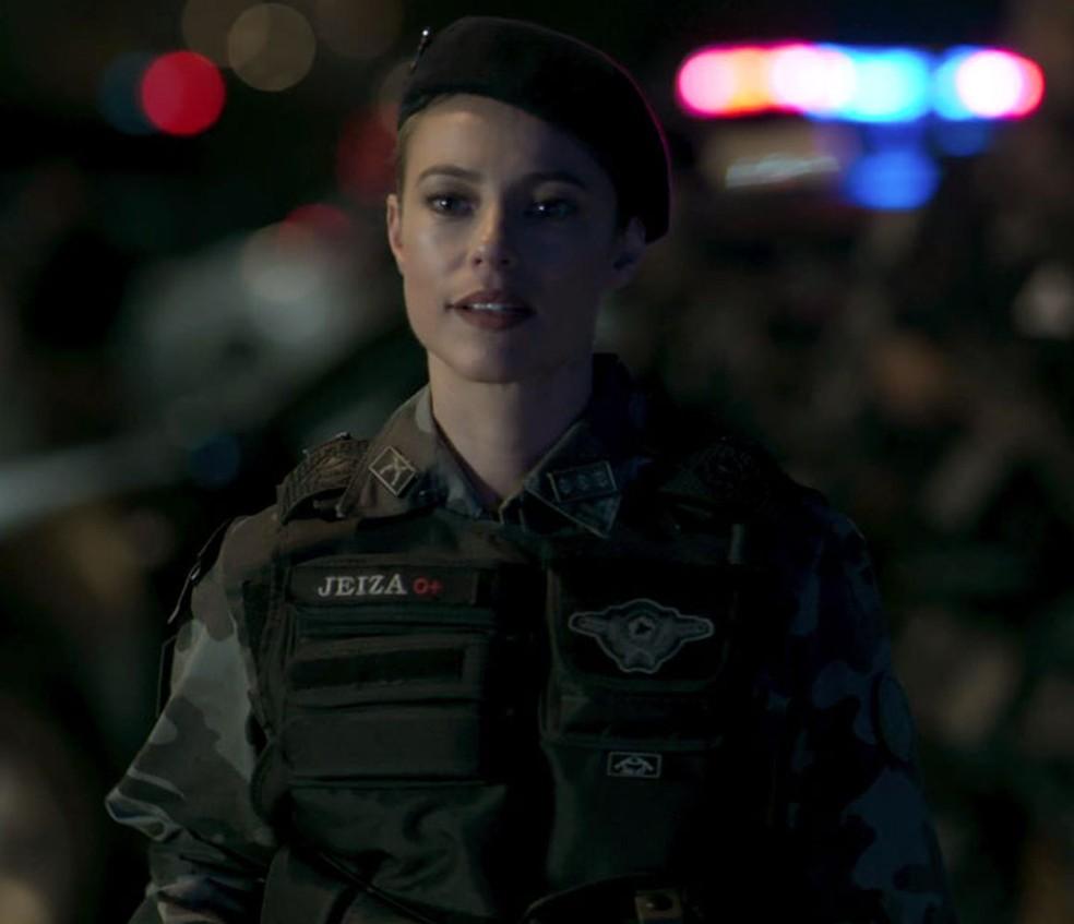 Durante operação, Jeiza avisa colegas que já identificou o alvo — Foto: TV Globo