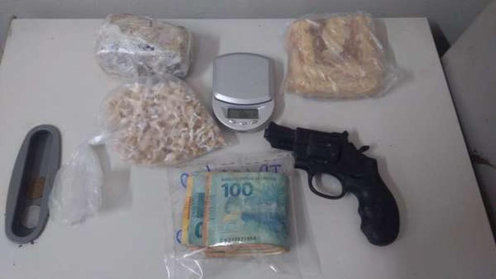 Parte do material estava em um terreno baldio e a outra na casa da mãe do suspeito — Foto: Polícia Civil