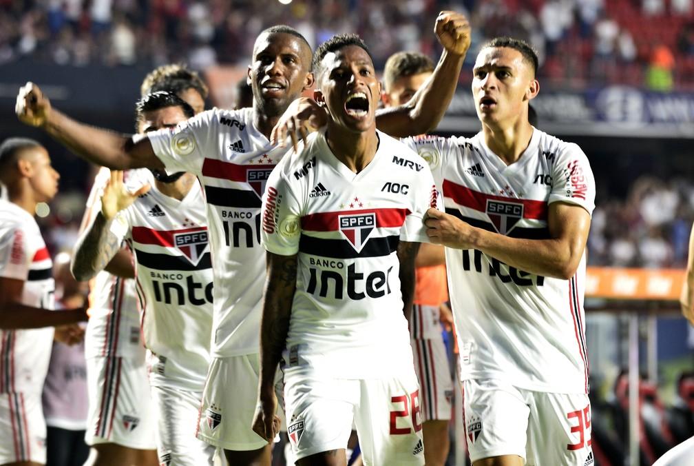 Tchê Tchê comemora gol com jogadores do São Paulo contra o Flamengo — Foto: Marcos Ribolli