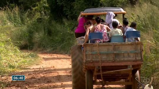Alunos vão à escola de trator em estrada sem manutenção no interior do ES