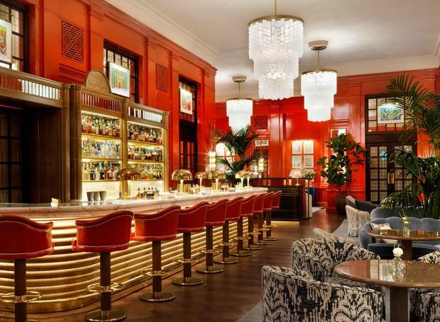 A atmosfera do glamour dos anos 20 está por toda parte no The Coral Room. Ela passa das paredes para as banquetas do bar e o dourado aparece em vários lugares dentro do salão (Foto: The Coral Room/ Reprodução)