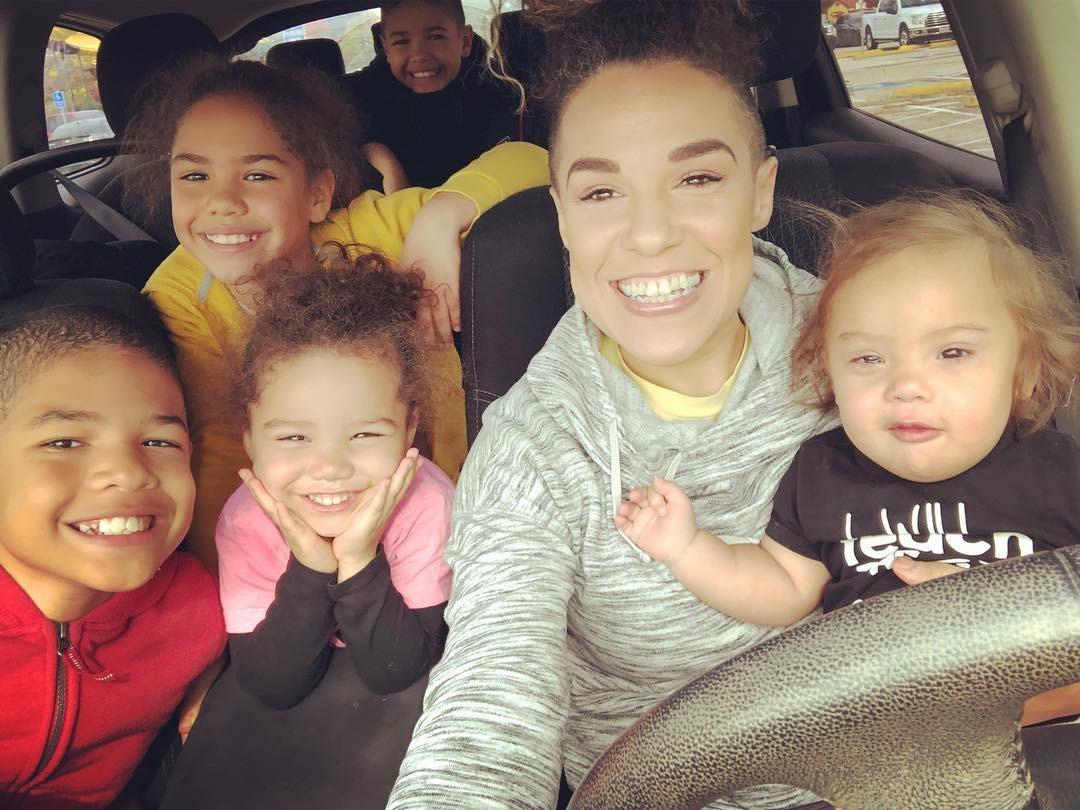 Amber e os cinco filhos (Foto: Reprodução Instagram)