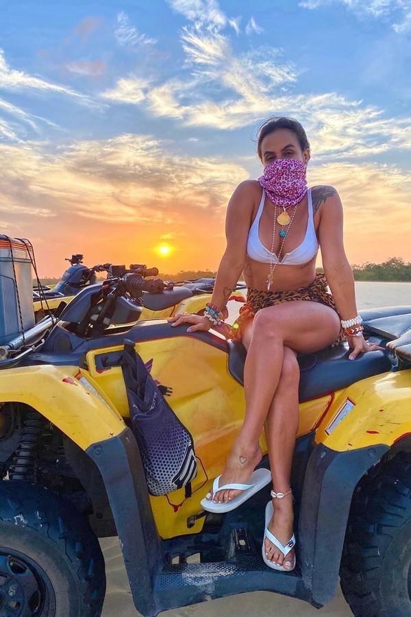 Carol Peixinho usa máscara durante passeio de buggy (Foto: Reprodução/Instagram)