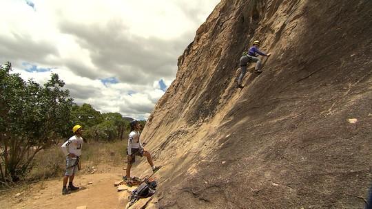 Briza Menezes pratica escalada no Morro da Toca, em Itatim