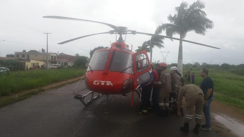 Sargento que ficou ferido em acidente entre viatura dos bombeiros e carreta, em Condado, na Zona da Mata Norte, foi levado de helicóptero para o Hospital da Restauração (HR), no Recife — Foto: Corpo de Bombeiros/Divulgação