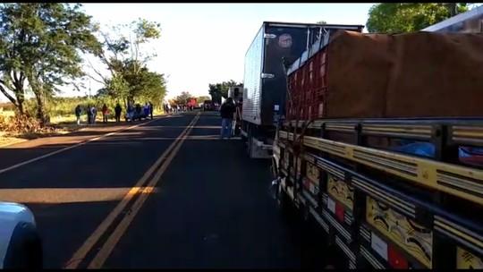Caminhoneiros protestam contra o preço do diesel em rodovias do Paraná