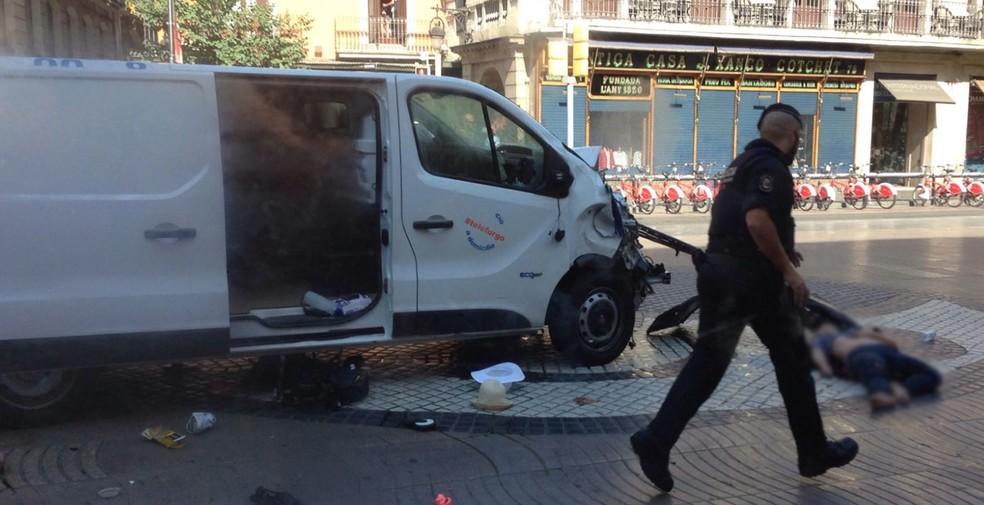 Imagem de rede social mostraria van que atropelou várias pessoas em La Rambla, em Barcelona (Foto: Reprodução/Twitter/Ricardbellis)