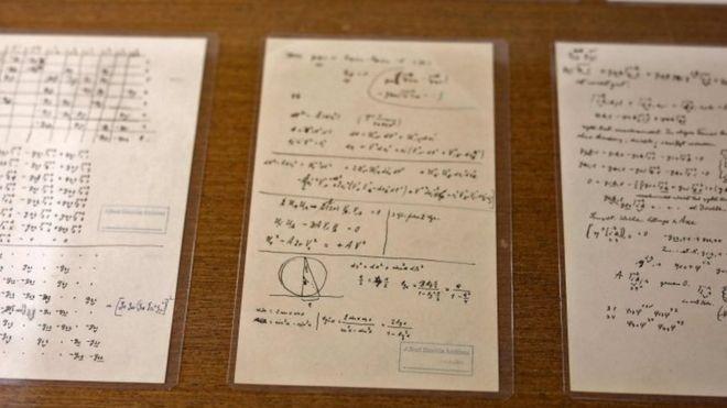 Em uma das anotações, Einstein confesssa que, depois de 50 anos de dedicação, ele ainda não entendia a natureza quântica d luz  (Foto: AFP/via BBC News Brasil)