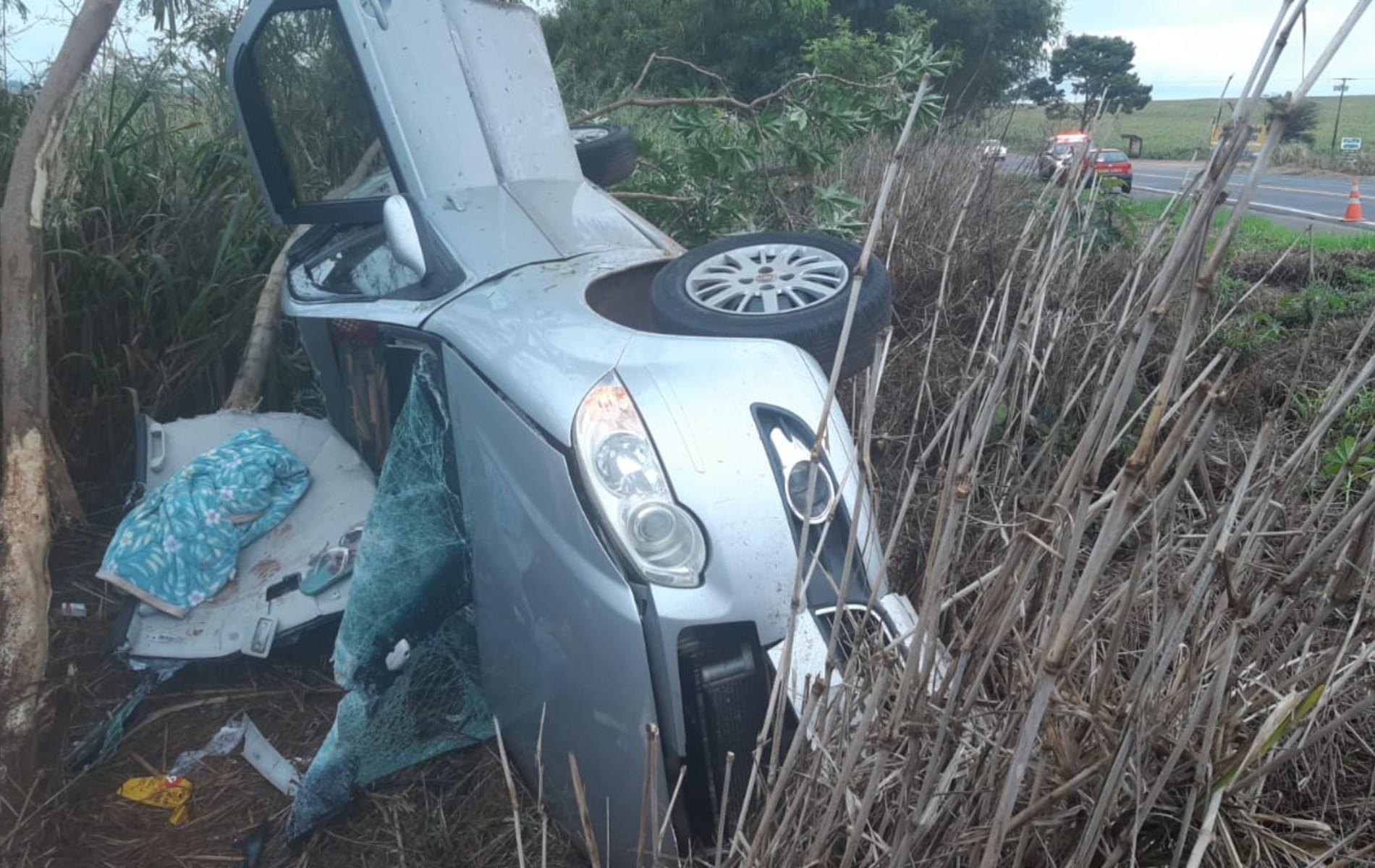 Carro capota, e passageira fica ferida em acidente na BR-272, entre Guaíra e Terra Roxa