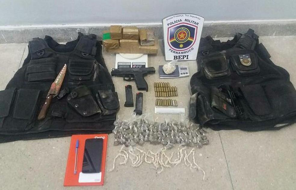 Coletes, pistola e drogas foram encontradas dentro da residência do suspeito (Foto: Divulgação/Bepi)