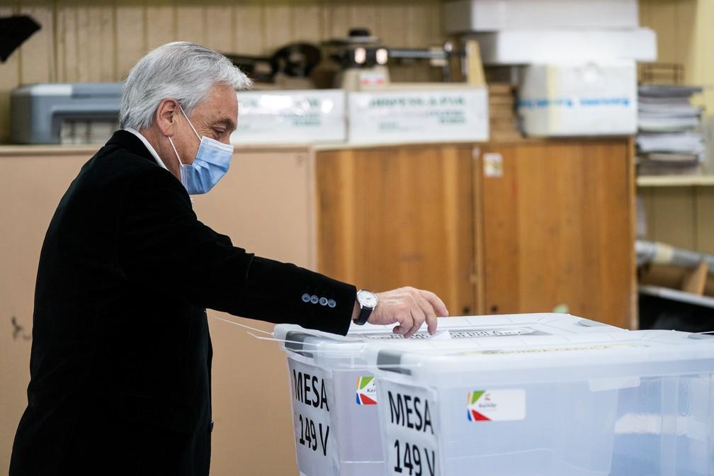 Sebástian Piñera, presidente do Chile, vota em plebiscito sobre a nova Constituição do país neste domingo (25) — Foto:  Marcelo Segura/Cortesia da Presidência Chilena/Handout via Reuters