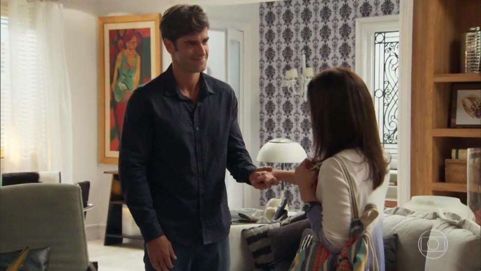 Felipe (Marcos Pitombo) demonstra sua admiração por Shirlei (Sabrina Petraglia) - 'Haja Coração' — Foto: Globo