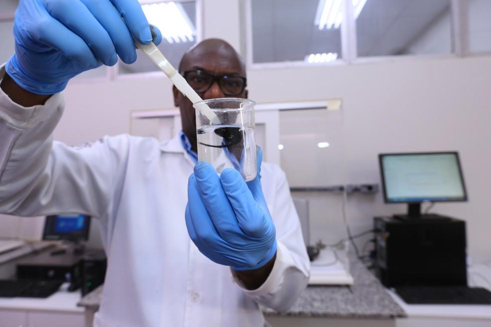 Professor Ronaldo Gonçalves analisa amostra de petróleo cru em laboratório — Foto: Divulgação/Centro Universitário FEI