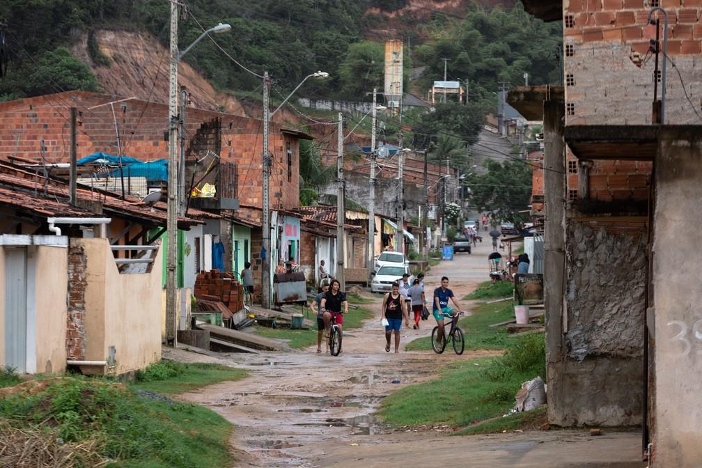 População do bairro Riacho Doce, na Zona Norte de Maceió: ninguém tem coleta de esgoto no bairro — Foto: Marcelo Brandt/G1