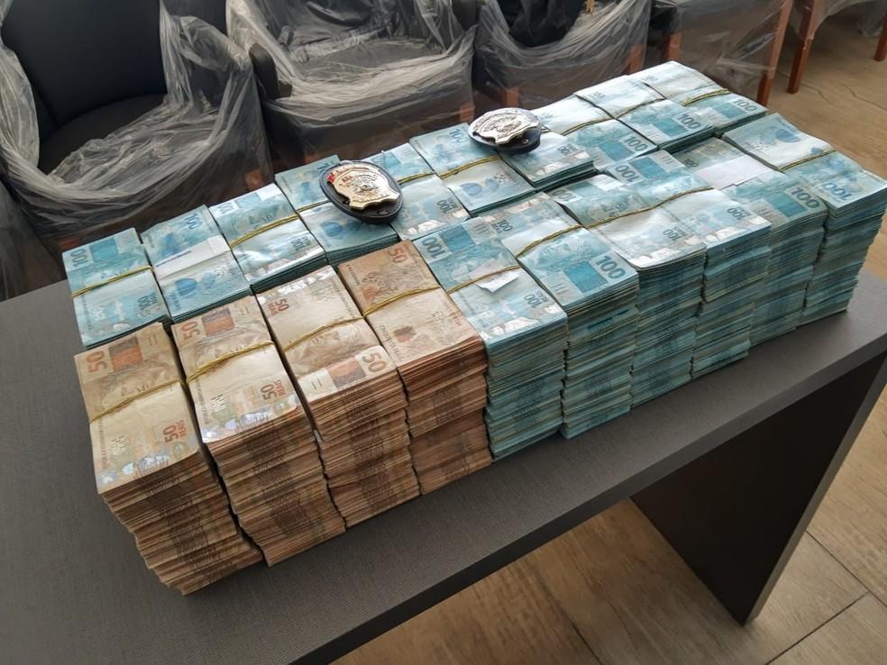 Uma grande quantidade de dinheiro que estava escondida em uma caixa na sede de uma empresa de Fortaleza foi apreendida pela Polícia Federal durante o cumprimento de um dos mandados. — Foto: Polícia Federal/Divulgação