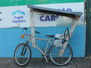 Bicicleta adaptada para Juracir levar a filha até a escola (Foto: Ana Marin/G1)