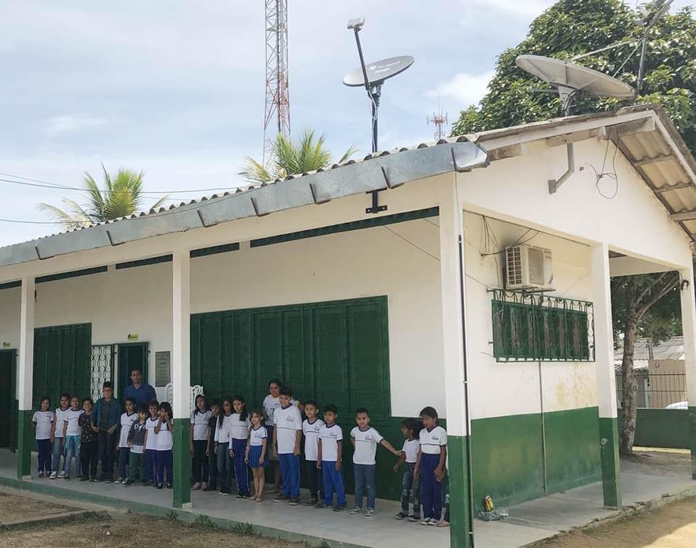 Alunos de uma escola em Pacaraima (RR), uma das primeira a receber o satélite (Foto: Divulgação)
