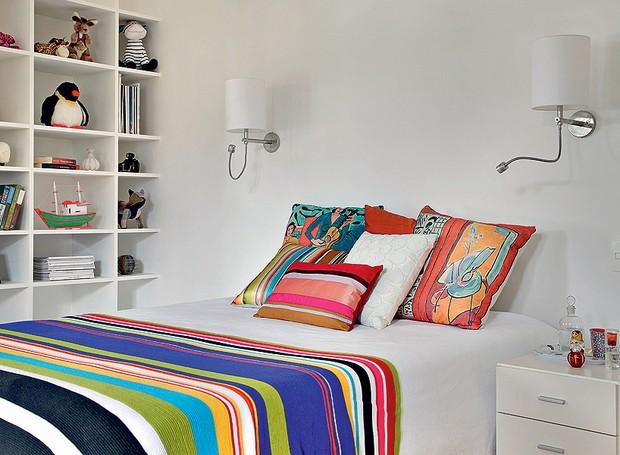 O quarto de Giulia, filha da empresária Aniela Jordan, tem base branca, com cor nas almofadas e na manta. Livros, revistas e até alguns bichos de pelúcia ganharam espaço na estante. A decoração neutra poderá acompanhar a jovem por muitos anos (Foto: Denilson Machado/MCA Estúdio)