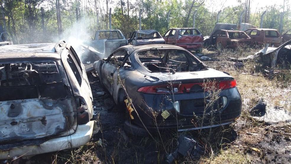 Veículos foram incendiados no pátio do Dnit em Içara (Foto: Bombeiros/Divulgação)