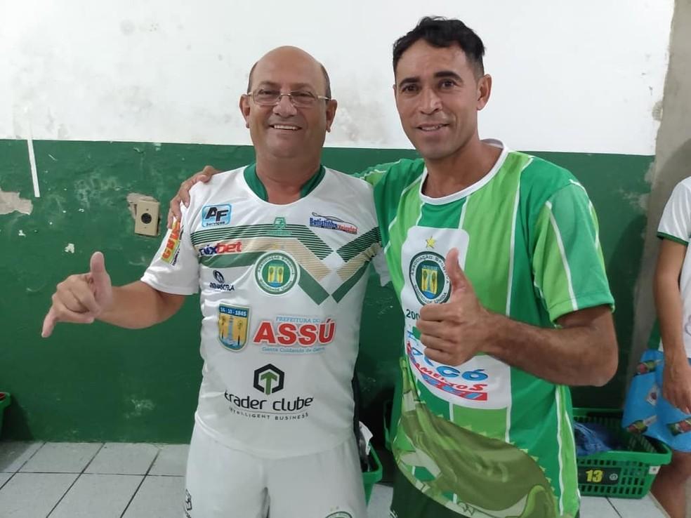 Luciano Paraíba (direita), hoje com 44 anos, participou recentemente de jogo festivo para comemorar o título de 2009 — Foto: Willame Papo de Calçada/Cedida