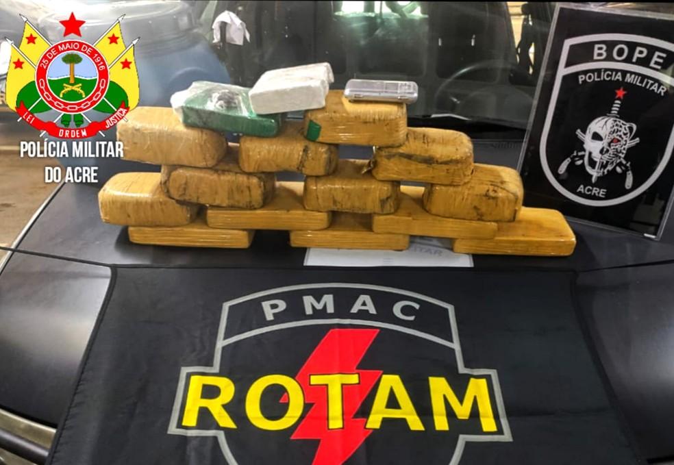 Equipes do Rotam e 2º Batalhão da PM-AC apreenderam também 16 quilos de drogas no bairro Seis de Agosto — Foto: Ascom/Polícia Militar do Acre