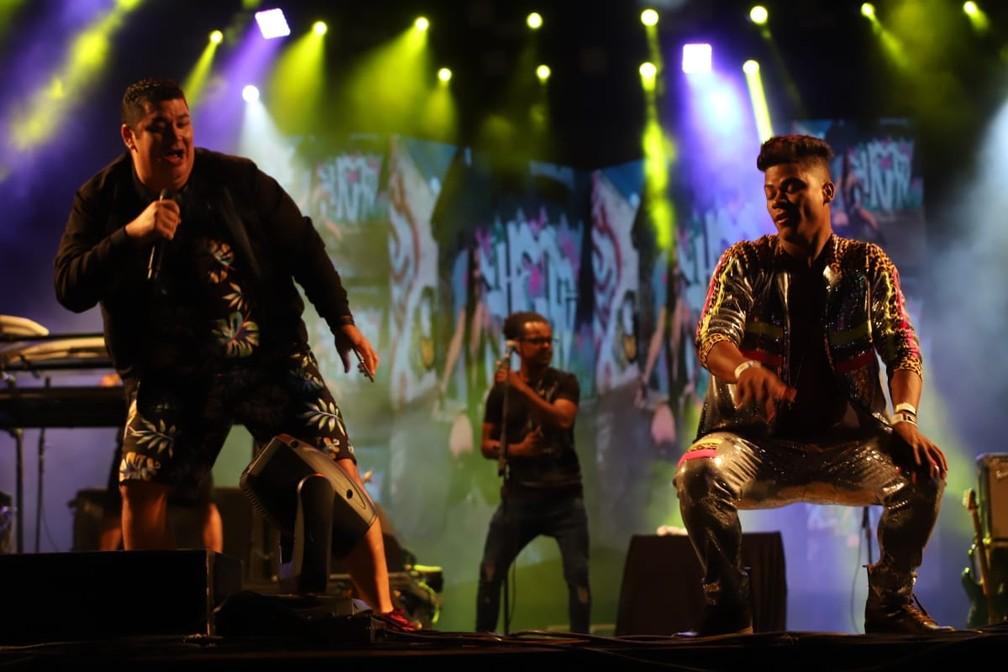 Cantor do Trio da Huanna dança com fã no palco do Festival de Inverno Bahia — Foto: Laércio Lacerda